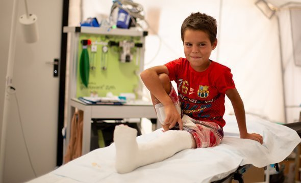 Gutt med gips på sykeseng